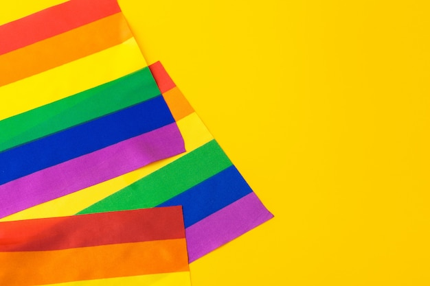 Bandeira gay de arco-íris brilhante, vista superior com copyspace