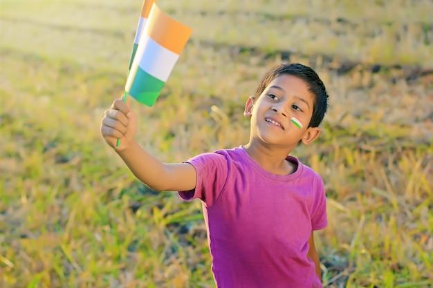 Bandeira indiana na mão da criança