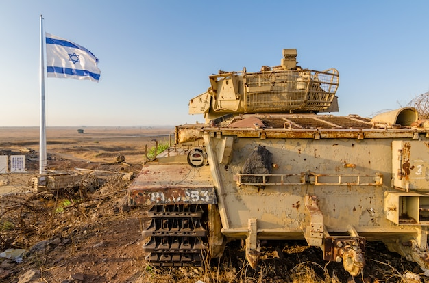 Bandeira israelense voando ao lado de um tanque centurion israelita descomissionado em israel