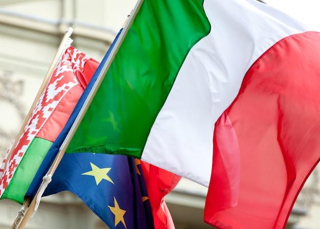 Bandeira italiana acenando