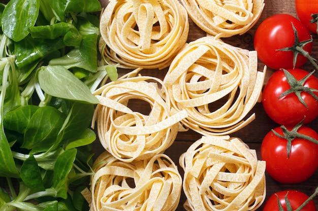 Bandeira italiana com ingridients de alimentos