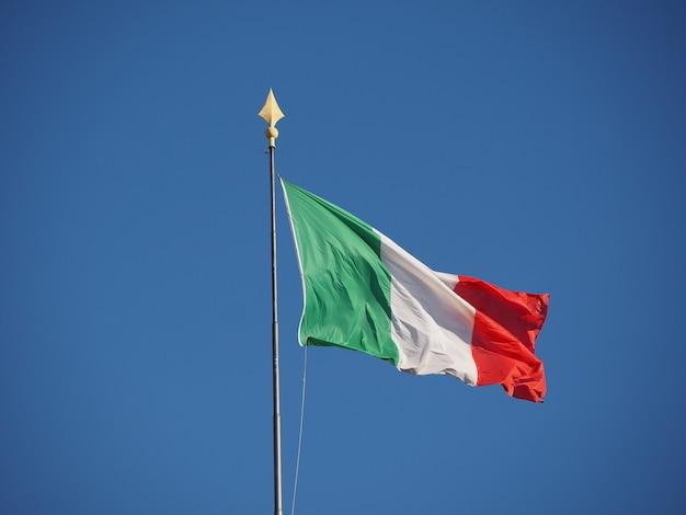 Bandeira italiana da itália no céu azul