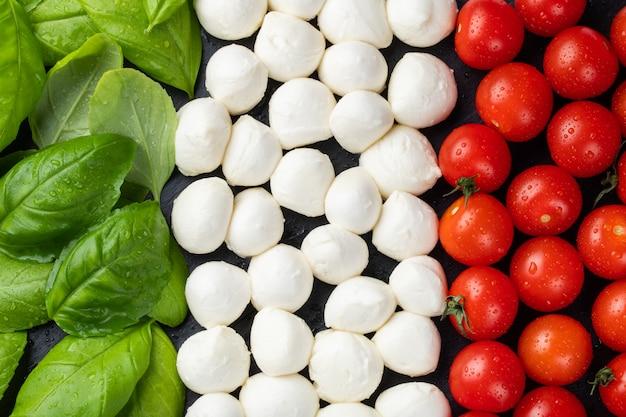 Bandeira italiana feita com tomate mussarela e manjericão.