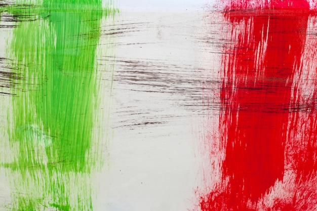 Bandeira italiana pintada com pinceladas no fundo branco.