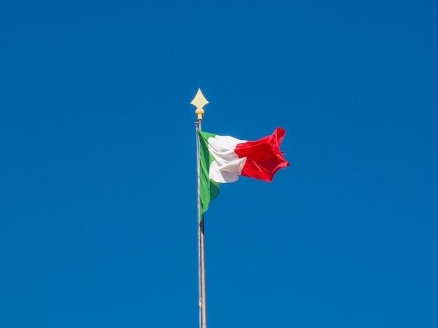 Bandeira italiana sobre céu azul