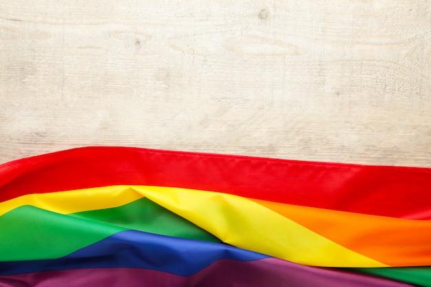 Bandeira lgbt arco-íris na luz de fundo com espaço de cópia