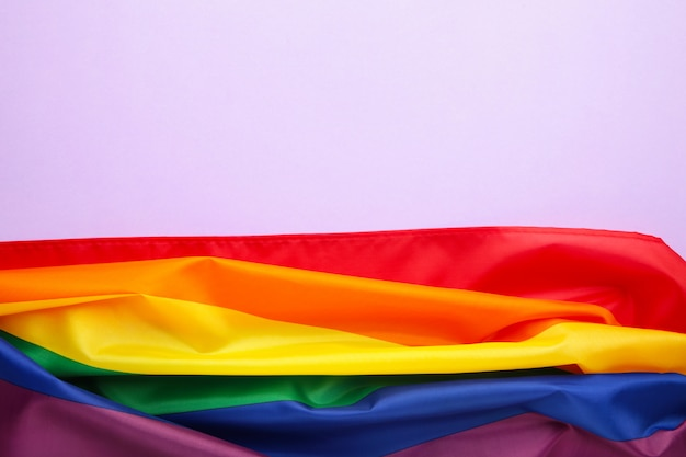 Bandeira lgbt de arco-íris no fundo roxo com espaço de cópia