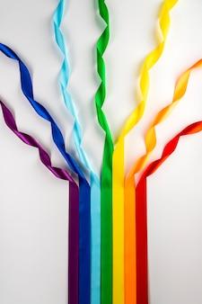 Bandeira lgbt, símbolo do arco-íris de minorias sexuais sob a forma de fitas de cetim.
