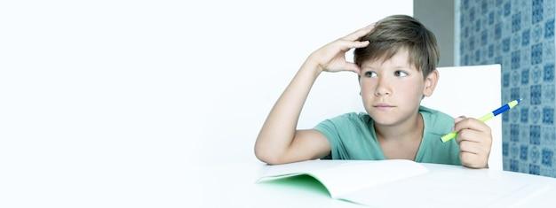 Bandeira. menino sorridente com o livro didático faz a lição de casa da escola. de volta à escola. estudante feliz. ensino à distância