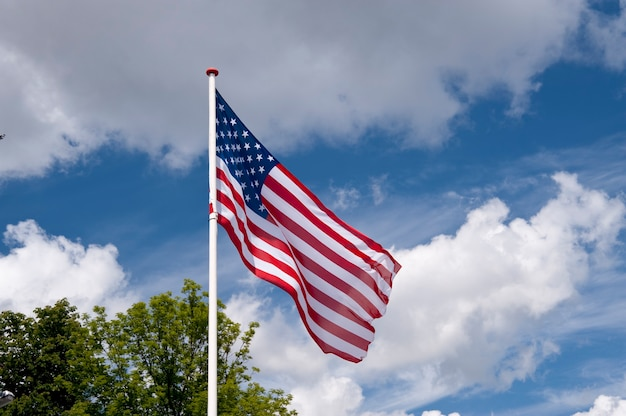 Bandeira na frente do céu azul