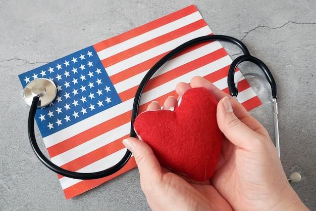 Bandeira nacional americana e coração. mês do coração americano em fevereiro, closeup
