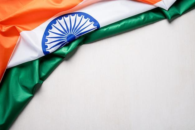 Bandeira nacional da índia em fundo de madeira