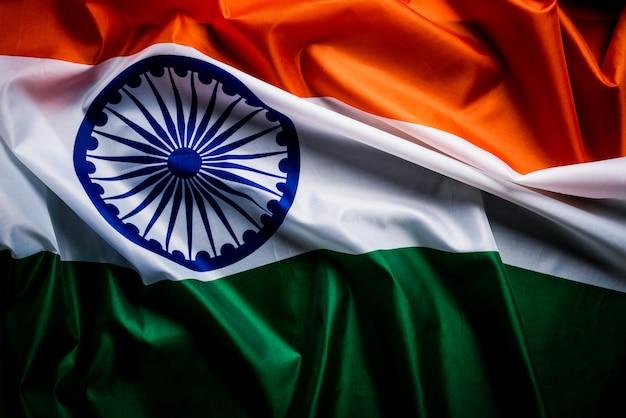 Bandeira nacional da índia na madeira. dia da independência da índia.