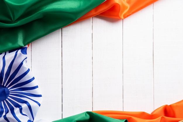 Bandeira nacional da índia na madeira. dia da independência indiana.