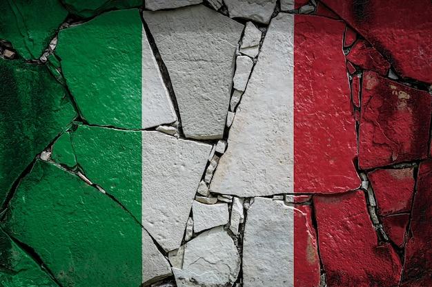 Bandeira nacional da itália em um antigo muro de pedra