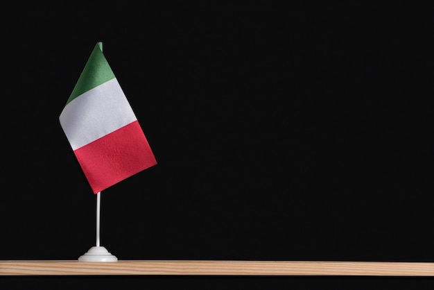 Bandeira nacional da itália em uma mesa