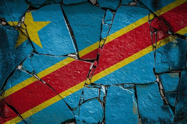 Bandeira nacional da república democrática do congo em um antigo muro de pedra