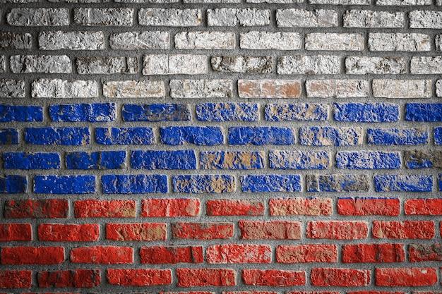 Bandeira nacional da rússia em uma velha parede de tijolos
