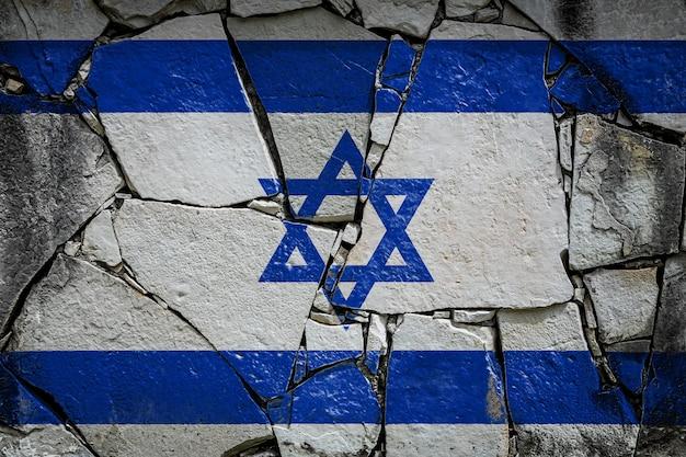 Bandeira nacional de israel retratada em cores de tinta em um velho muro de pedra banner de bandeira no fundo de parede quebrada