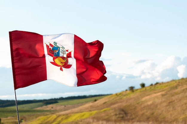 Bandeira nacional de seda do peru ao ar livre