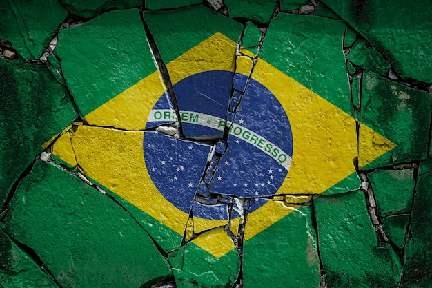 Bandeira nacional do brasil em antigo muro de pedra