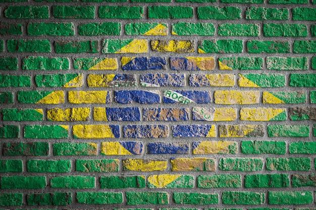 Bandeira nacional do brasil em uma velha parede de tijolos
