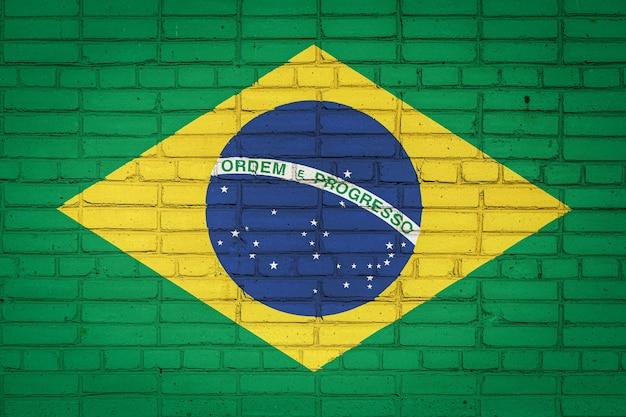 Bandeira nacional do brasil ilustrada em uma velha parede de tijolos
