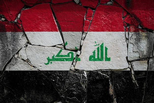 Bandeira nacional do iraque em um antigo muro de pedra