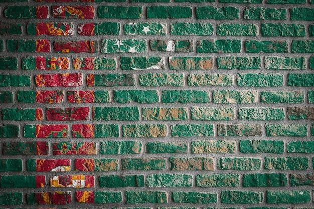 Bandeira nacional do turcomenistão em uma velha parede de tijolos