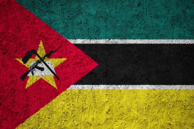 Bandeira nacional pintada de moçambique em uma parede de concreto