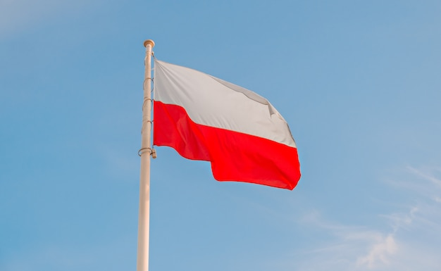 Bandeira nacional polonesa no céu