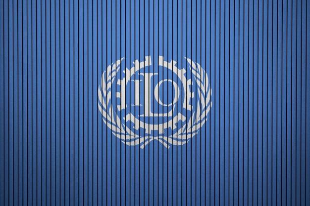 Bandeira pintada da organização internacional do trabalho em uma parede de concreto