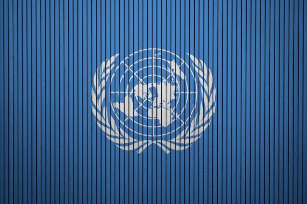 Bandeira pintada das nações unidas em uma parede de concreto