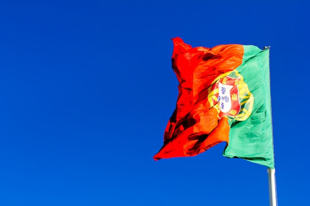 Bandeira portuguesa contra céu azul