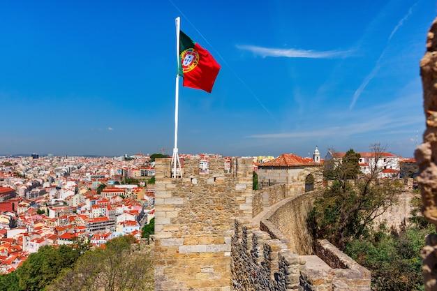 Bandeira portuguesa na parede da fortaleza, lisboa, portugal