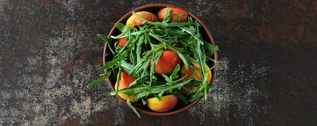 Bandeira. salada de rúcula saudável