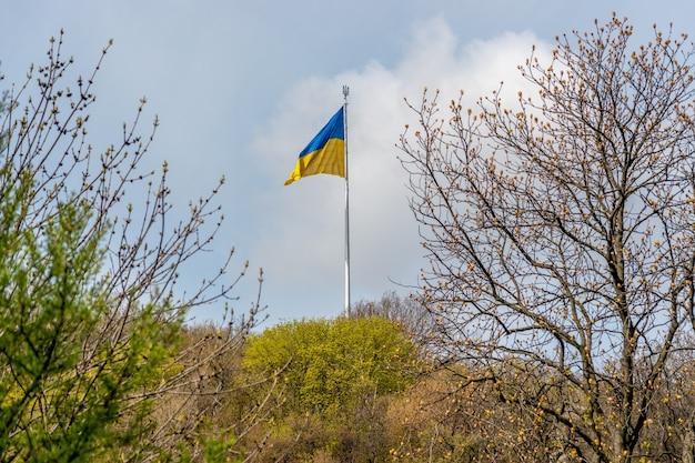 Bandeira ucraniana balançando ao vento contra o céu.