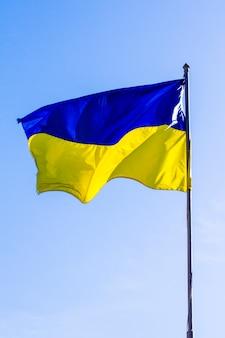 Bandeira ucraniana correndo ao vento