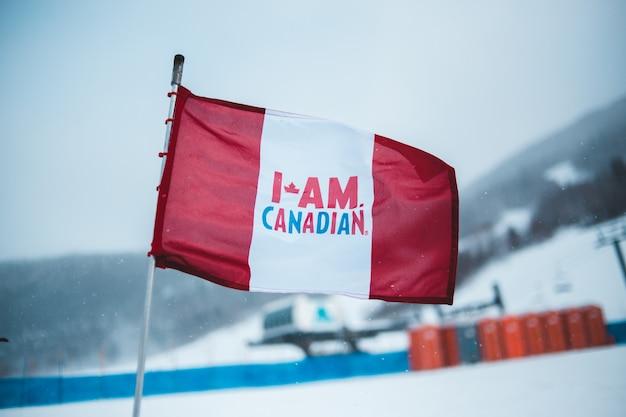 Bandeira vermelha e branca no mastro