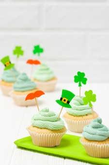 Bandeira vertical colorida do tema do dia de st patrick. cupcakes decorados com buttercream verde