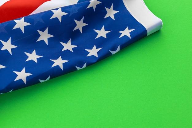 Bandeiras americanas contra um fundo verde