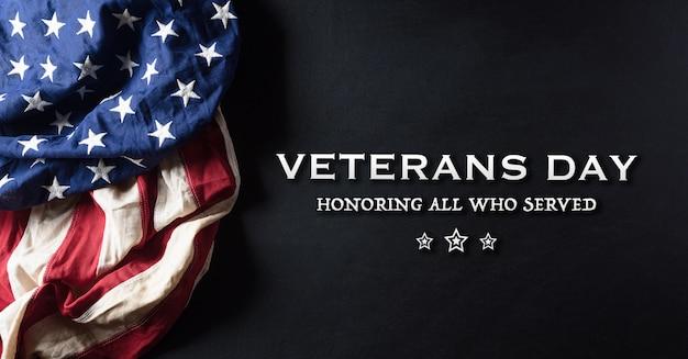 Bandeiras americanas contra um quadro negro para o dia dos veteranos.