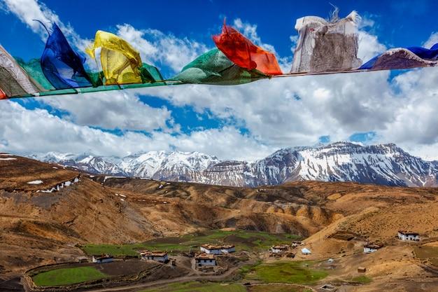 Bandeiras budistas no céu
