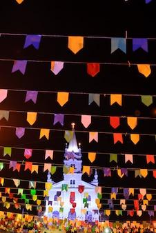 Bandeiras coloridas da festa junina do nordeste do brasil em piloes, paraíba, brasil em 18 de junho de 2011.