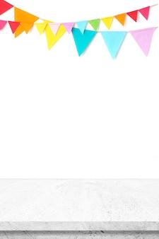 Bandeiras coloridas do partido que penduram na parede branca e no fundo branco da tabela do cimento