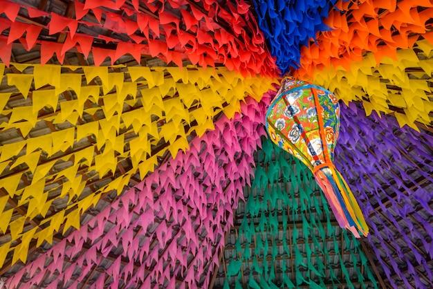 Bandeiras coloridas e balão decorativo para a festa de são joão no nordeste do brasil