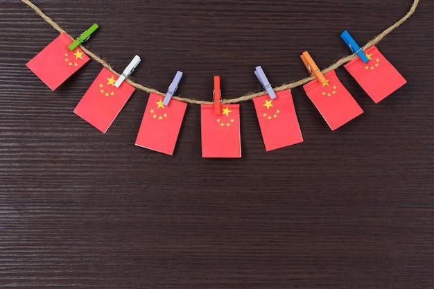Bandeiras da china no varal anexado com prendedores de roupa de madeira