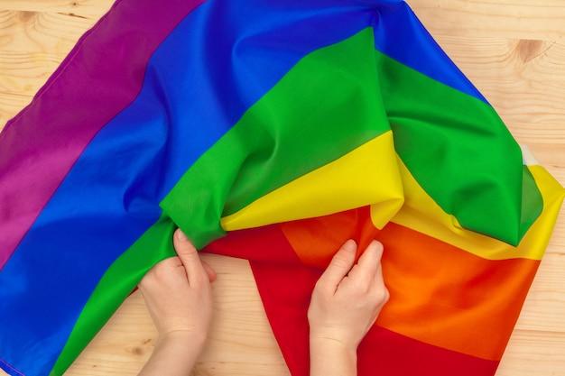 Bandeiras da comunidade lgbt em uma mão