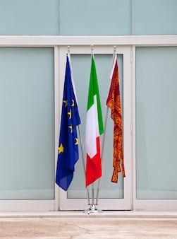 Bandeiras da itália, veneza e das nações unidas europeia