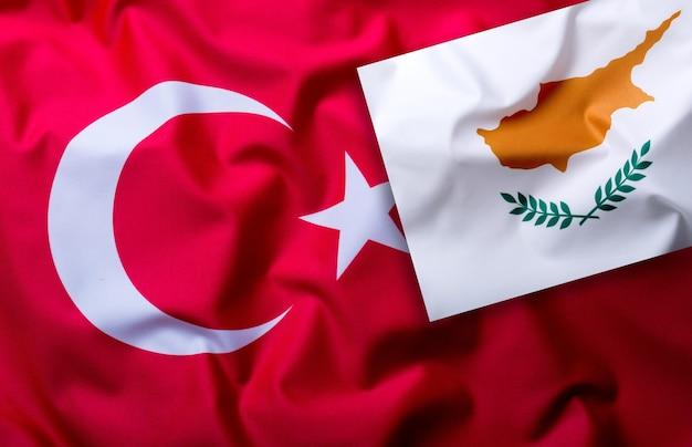 Bandeiras da turquia e chipre - tiro do estúdio.